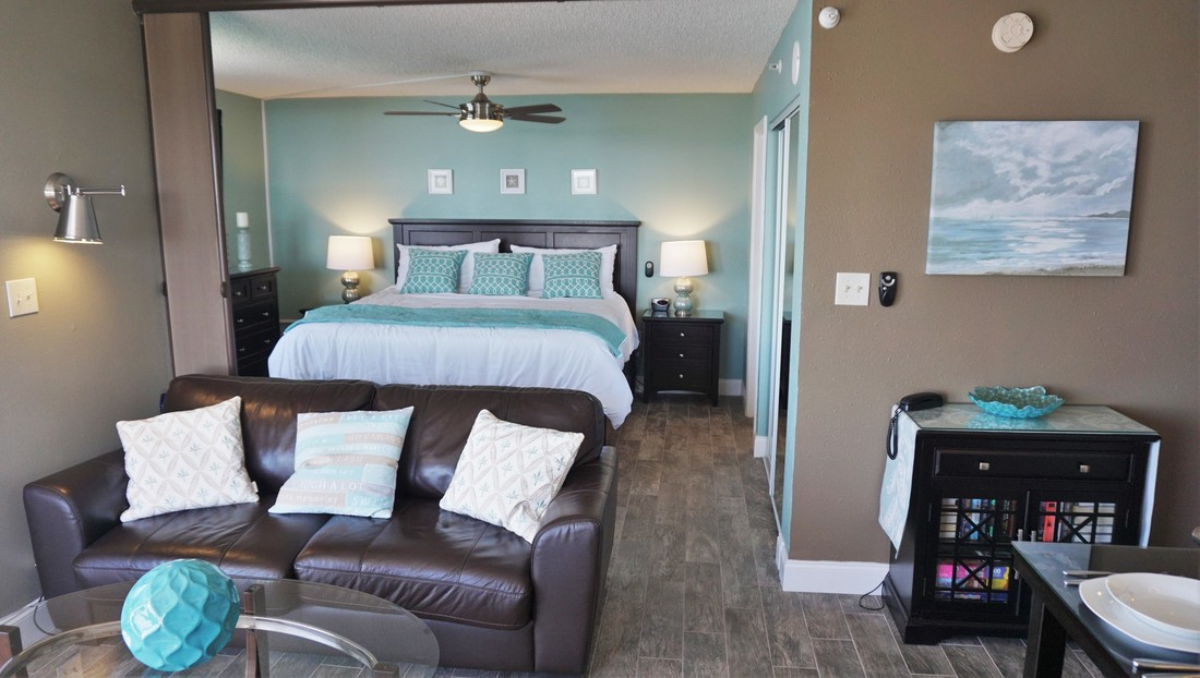 Open Floor Plan With Option To Close Off Bedroom Room Divider 39 Flat Screen TV In The Living And 32
